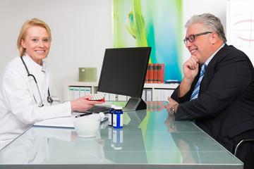patient bekommt tabletten verordnet