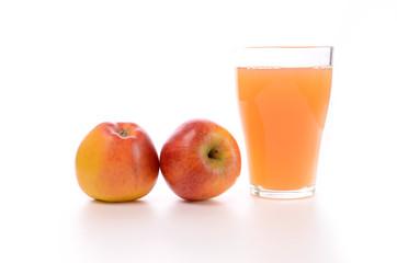 Naturtrüber Apfelsaft mit zwei Äpfeln