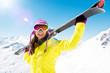 Leinwanddruck Bild - Frau trägt Ski
