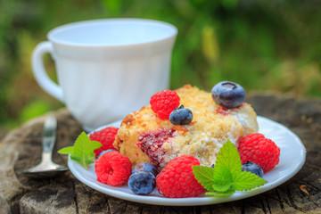 Raspberry cake with crumble