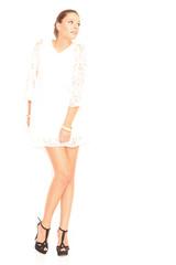 Model in weißem Kleid