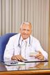 Arzt mit Medikament in Sprechstunde