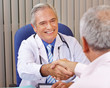Arzt macht Handschlag mit Patient