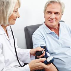 Senior bei Blutdruckmessung