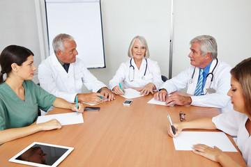Team-Meeting von Ärzten