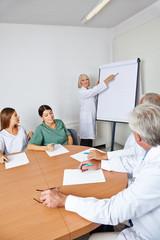 Ärztin hält Referat in Schulung
