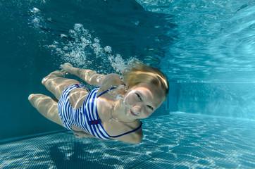 Unterwasserluftblasentaucherin