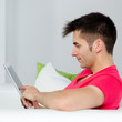 junger mann arbeitet am tablet