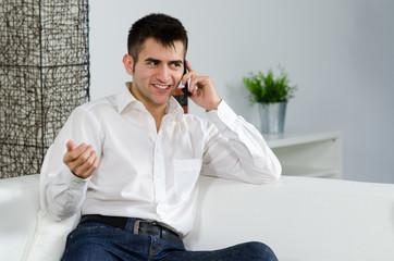 mann lächelt beim telefonieren