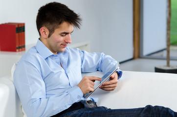 businessmann arbeitet am touchpad