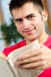 lächelnder mann liest ein buch