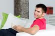 junger mann entspannt bei einem  buch