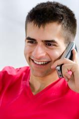 lächelnder junger man mit telefon