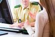 Polizist am Schreibtisch beim Anzeige aufnehmen