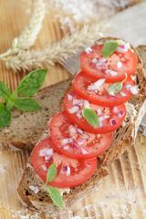 Krustenbrot mit Tomatenscheiben