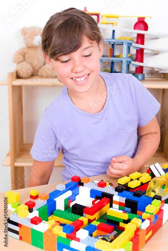 Mädchen spielt mit Steckbausteinen