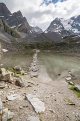 Passage sur le lac des vaches, glaciers et sommets