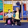 Physiotherapie mit kleinem Jungen
