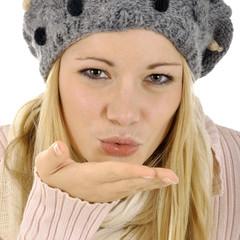 Frau in Winterkleidung gibt Kuss