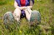 Frau sitzt in einer grünen Wiese und macht Pause