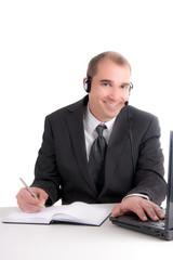 junger businessmann lächelnd am PC mit Kallender