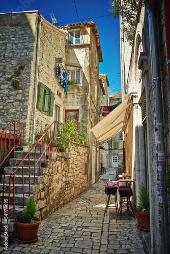 tradycyjna-stara-ulica-chorwacja-z-kawiarnia