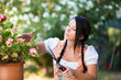Mädchen mit Dirndl bei der Gartenarbeit