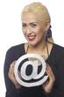 Blonde Frau zeigt ein at-Zeichen