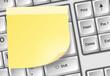 Tastatur mit Zettel gelb