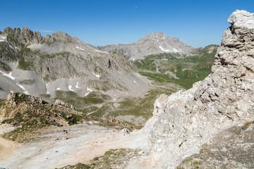 Vue vers la vallée depuis les sommets et rochers