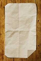 Papier auf Holz Hintergrund