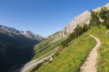 Sentier dans le versant vers le sommet du petit mt-blanc