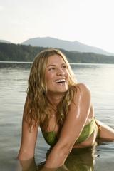 Frau beim Baden im See
