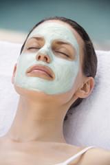 Junge Frau mit Gesichtsmaske