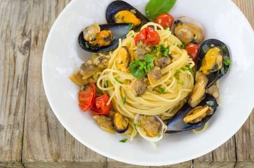 Spaghetti con cozze e arselle, cucina mediterranea