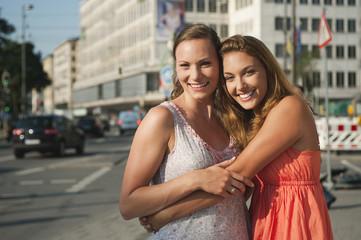 Deutschland, München, Karlsplatz Junge Frauen lächeln