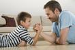 Vater und Sohn, Armdrücken