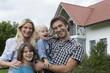 Deutschland, München, Familie steht vor dem Haus