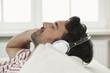 Deutschland, Berlin, Erwachsene hören Musik mit Kopfhörern