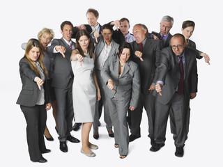 Große Gruppe von Geschäftsleuten zeigt Daumen nach unten vor weißem Hintergrund
