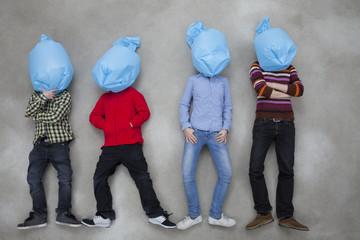 Personen bedecken ihre Gesichter mit Plastiktüten und machen Ökologie-Symbol