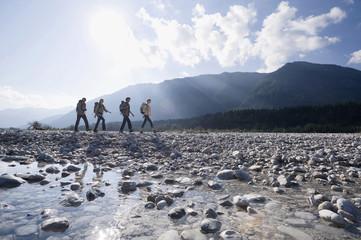Deutschland, Bayern, Tölzer Land, Gruppe von Wanderern
