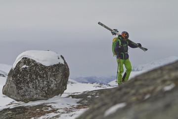 Schweden, Skier zu Fuß bergauf