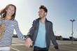 Deutschland, Berlin, Junges Paar, Hand in Hand, auf Parkebene