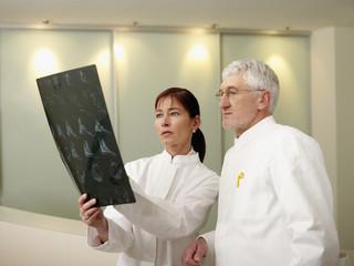 Deutschland, Hamburg, Ärzte diskutieren überRöntgenbilder im Krankenhaus