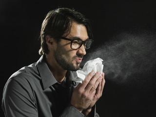 Junger Mann mit Taschentuch, close up