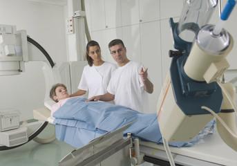 Deutschland, Nürnberg, Ärzte untersuchen Patienten