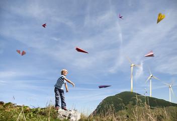 Deutschland, Bayern, Junge spielt mit Papierflugzeug