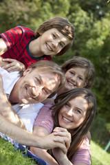 Deutschland, Bayern, Familie liegt auf dem Rasen