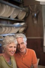 Italien, Südtirol, Älteres Ehepaar im Gästehaus, Lächeln